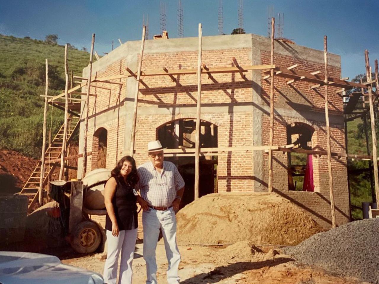 Luiz Mesquita com a arquiteta Elaine Cristina Espinela que projetou o templo holístico e os centros de terapia pela matemática sagrada.