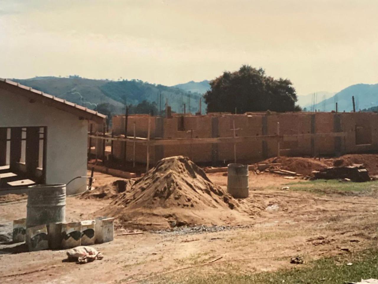 Construção da sede comunitária.