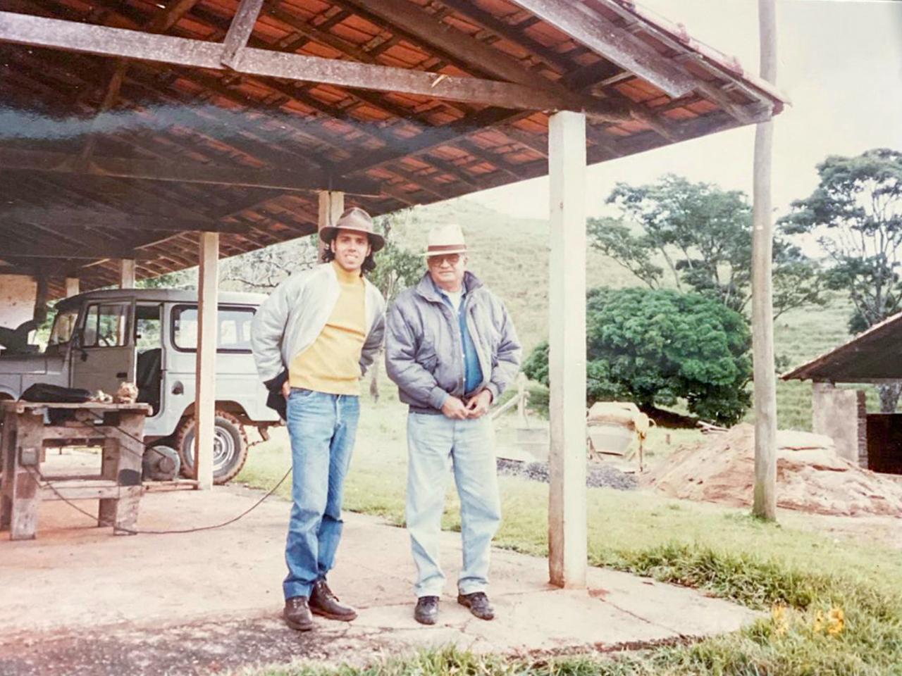 À esquerda, com Luiz Mesquita, Carlos Solano, que demarcou as diferentes áreas da fazenda pelo Feng Shui.